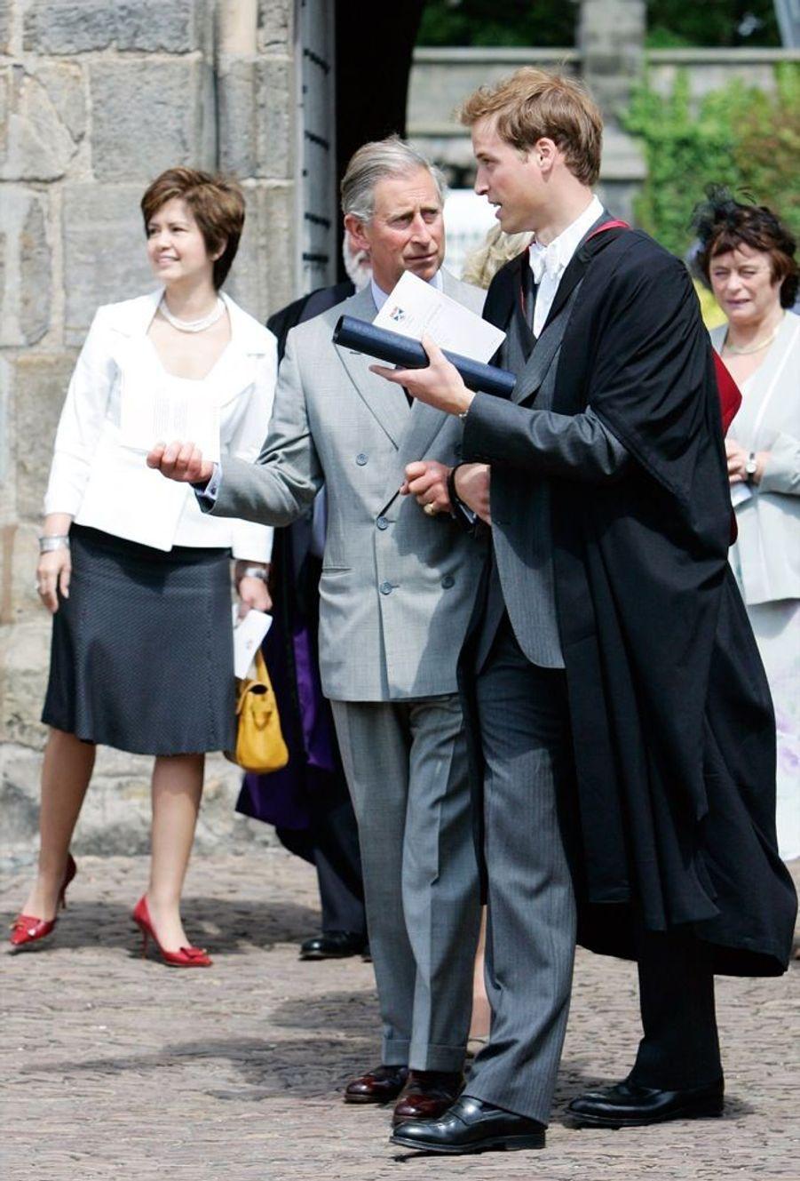 Le prince William, avec son père Charles, lors de la cérémonie de remise des diplômes à l'université de St Andrews, en Ecosse, en juin 2005.