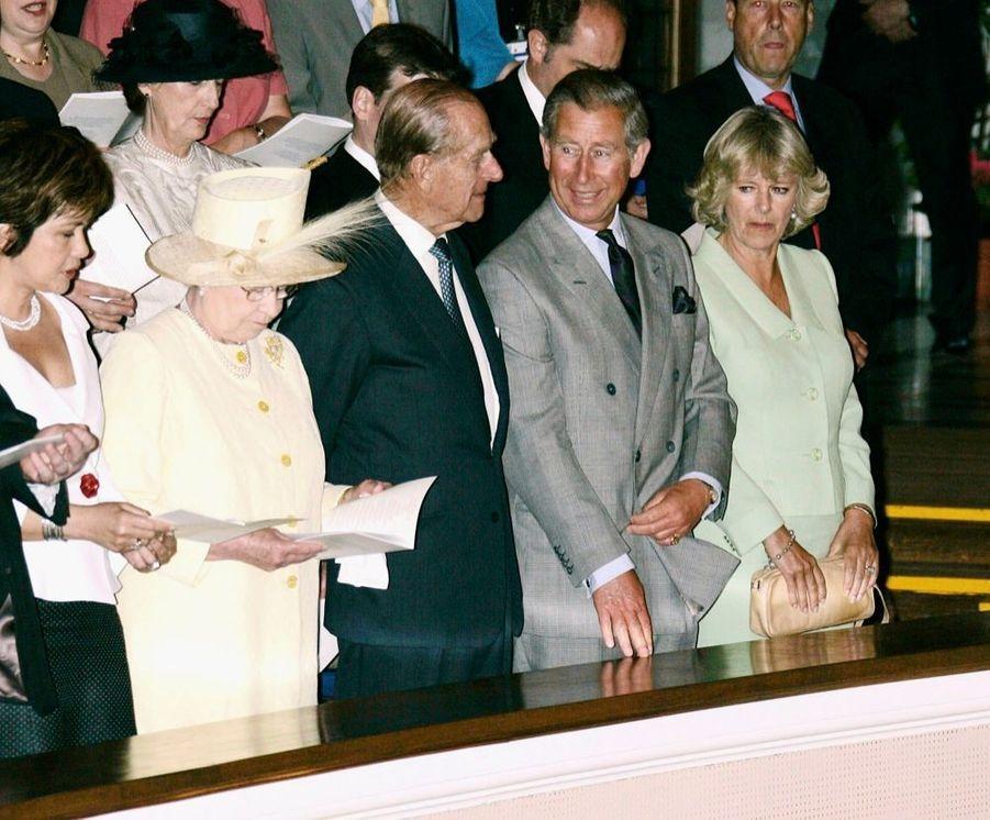 La reine Elizabeth II, le prince Philip, le prince Charles et Camilla, lors de la cérémonie de remise de diplôme du prince William à l'université de St Andrews, en Ecosse, en juin 2005.