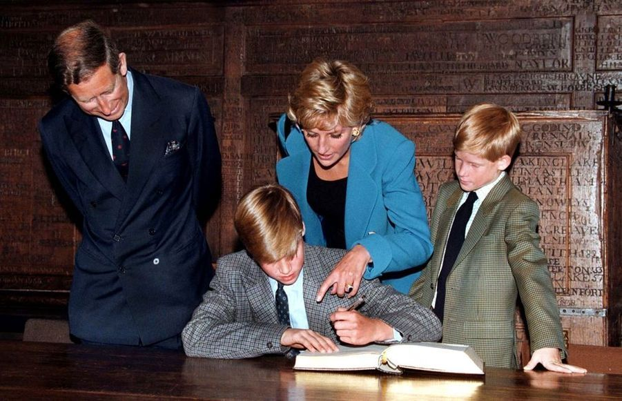Le prince William, avec ses parents Diana et Charles et son frère Harry, lors de son entrée au Collège d'Eton, en Angleterre, en septembre 1995.