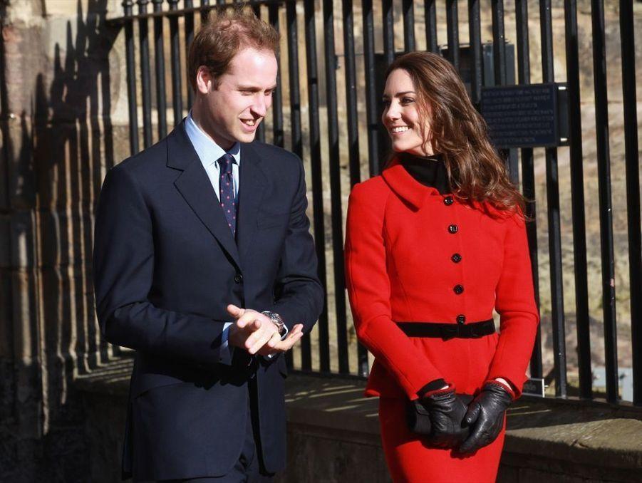 Kate Middleton et le prince William, lors d'une visite en forme de pèlerinage sentimental à l'université de St Andrews, le 25 février 2011, deux mois avant leur mariage.