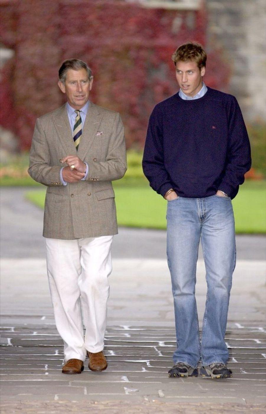 Le prince William, avec son père Charles, lors de son entrée à l'université de St Andrews, en Ecosse, en septembre 2001.