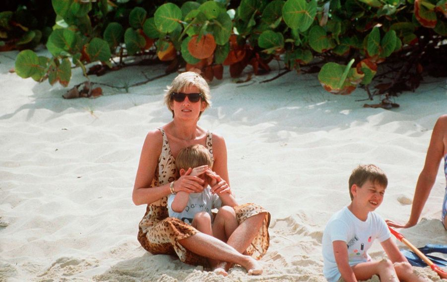 La princesse Diana en vacances avec ses fils William et Harry, sur la plage de l'île de Necker, en avril 1990.