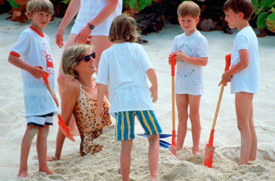 « Princesse des sables, dans une tenue de plage léopard, Diana guide les jeux de son neveu Alexander Fellowes, de ses nièces Laura Fellowes of Emily McCorquodale, et de ses fils, le prince William et le prince Harry. » - Paris Match n°2135, daté du 26 avril 1990.