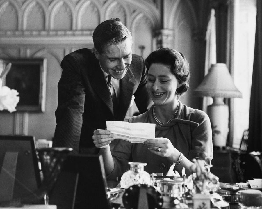 La Princesse Margaret et Antony Armstrong-Jones lisant les télégrammes de félicitations envoyés après l'annonce de leurs fiançailles, le 28 février 1960.