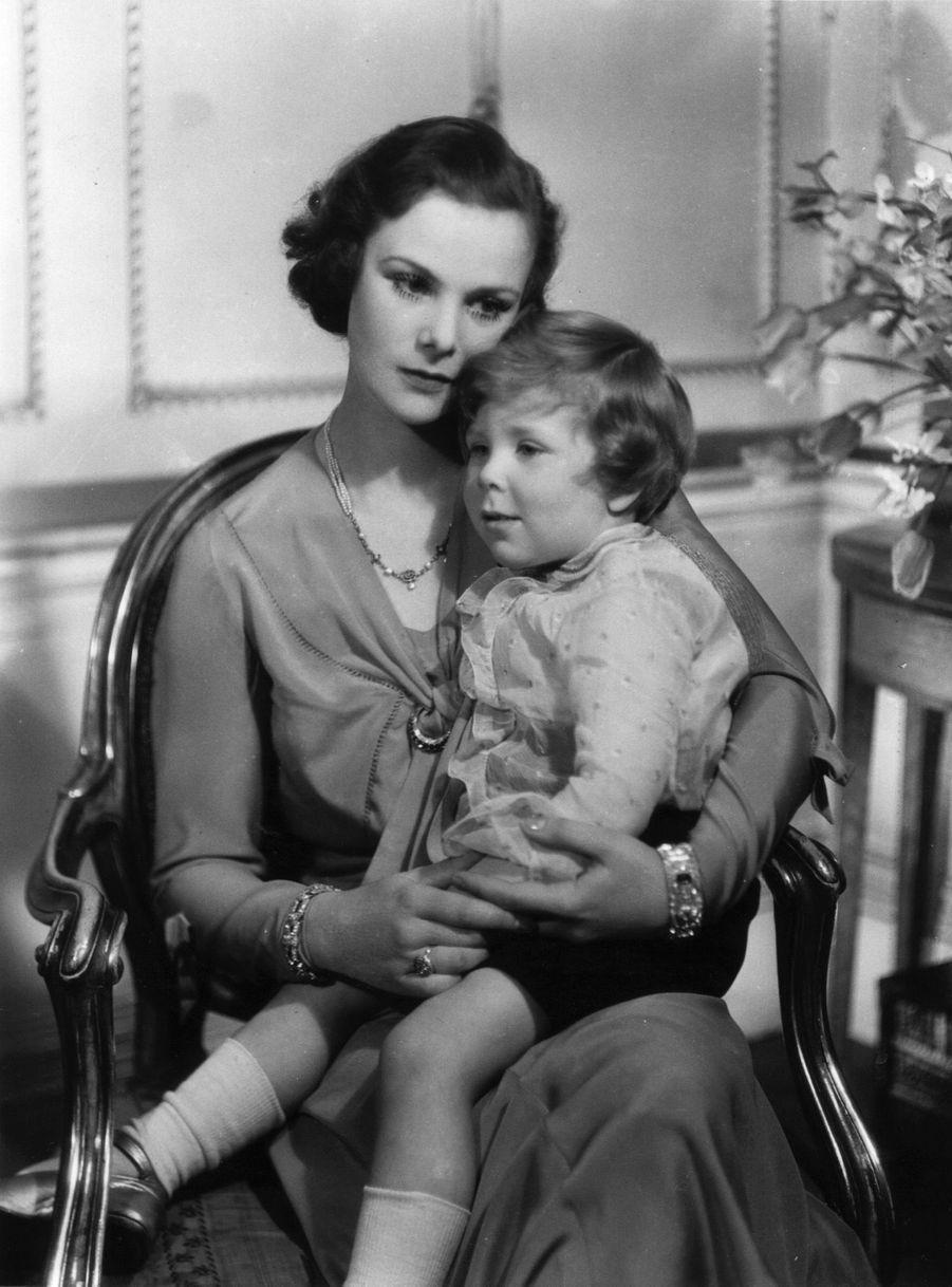 Antony Armstrong-Jones dans les bas de sa mère Anne, en 1933.