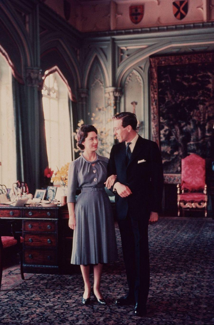 La Princesse Margaret et Antony Armstrong-Jones, lors de la séance photo officielle de leurs fiançailles, le 27 février 1960 à Windsor.