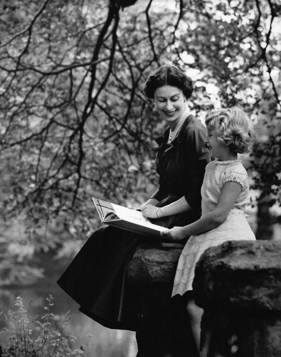 La Reine Elizabeth et sa fille Anne, sept ans, photographiées par Antony Armstrong Jones dans les jardins de Buckingham Palace, le 15 août 1957.