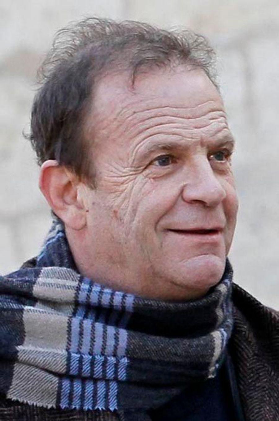 L'homme à l'origine de l'affaire. Il aurait bénéfi cié de plusieurs centaines de millions d'euros de donations de l'héritière de L'Oréal. Jusqu'à ce que la fi lle de Liliane Bettencourt l'attaque en justice.