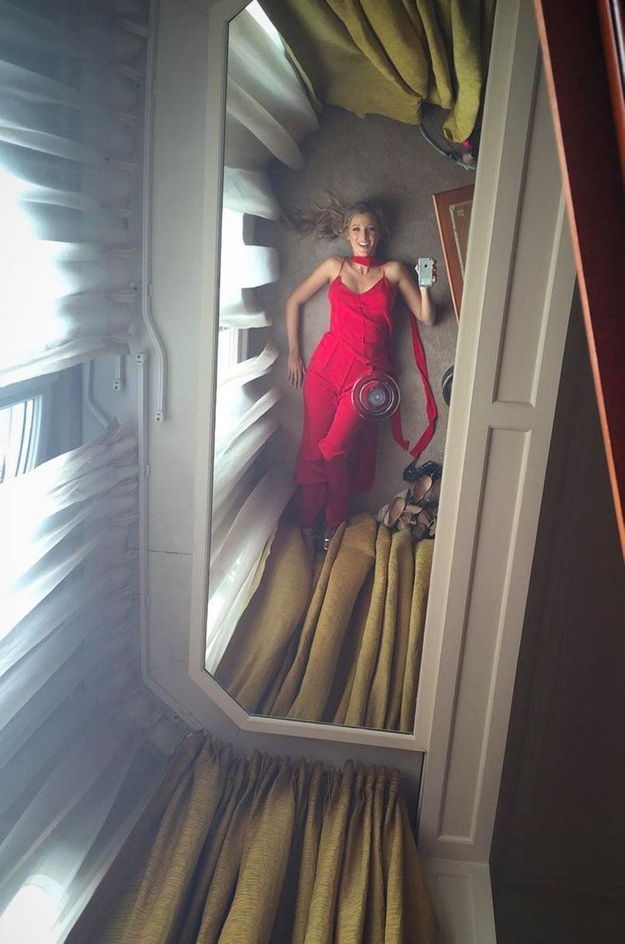 Blake Lively dans sa chambre d'hôtel avant un photocall
