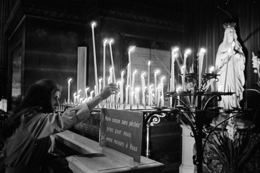 A quelques heures de se produire à l'Olympia, Dalida dépose un cierge à la Vierge dans une église parisienne le 4 Octobre 1967