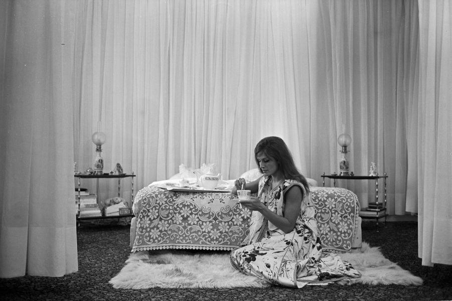 Dalida, chez elle, prend son petit-déjeuner au pied de son lit alors qu'elle prépare son prochain Olympia, le 4 octobre 1967