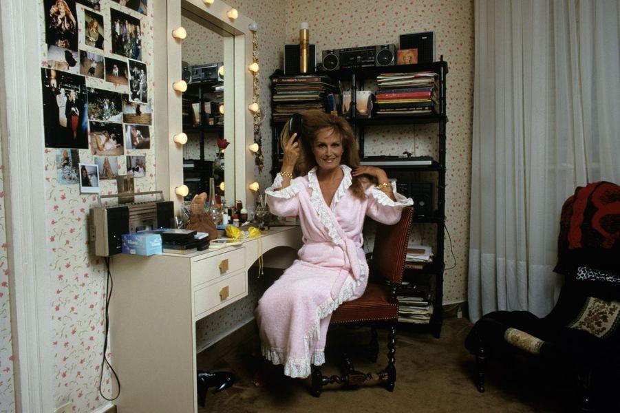 Dalida, dans la loge qu'elle a reconstituée dans sa maison de Montmartre en novembre 1986