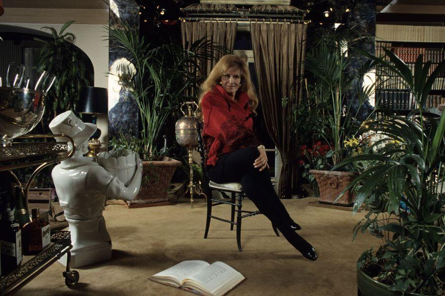 Dalida,dans le salon fleur de sa maison de Montmartre en Novembre 1986