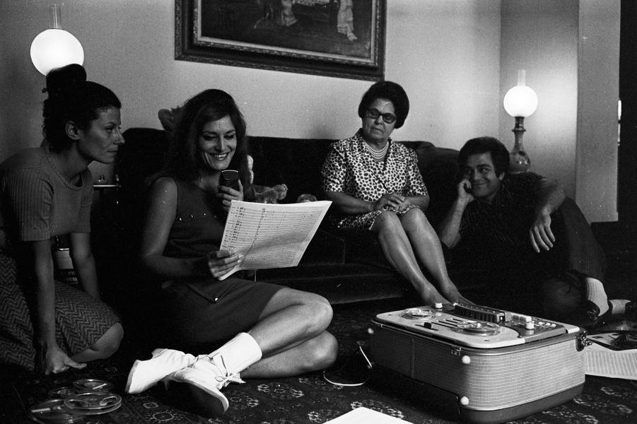 Dalida, dans son salon, en pleine répétition de son spectacle à L'Olympia, entourée de sa mère et de son frère et impresario Orlando, le 4 Oct...