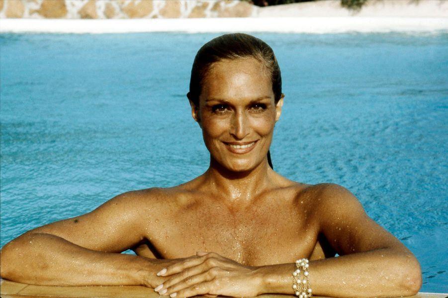 Dalida radieuse dans la piscine de sa villa de Porto-Vecchio en Corse, Août 1982