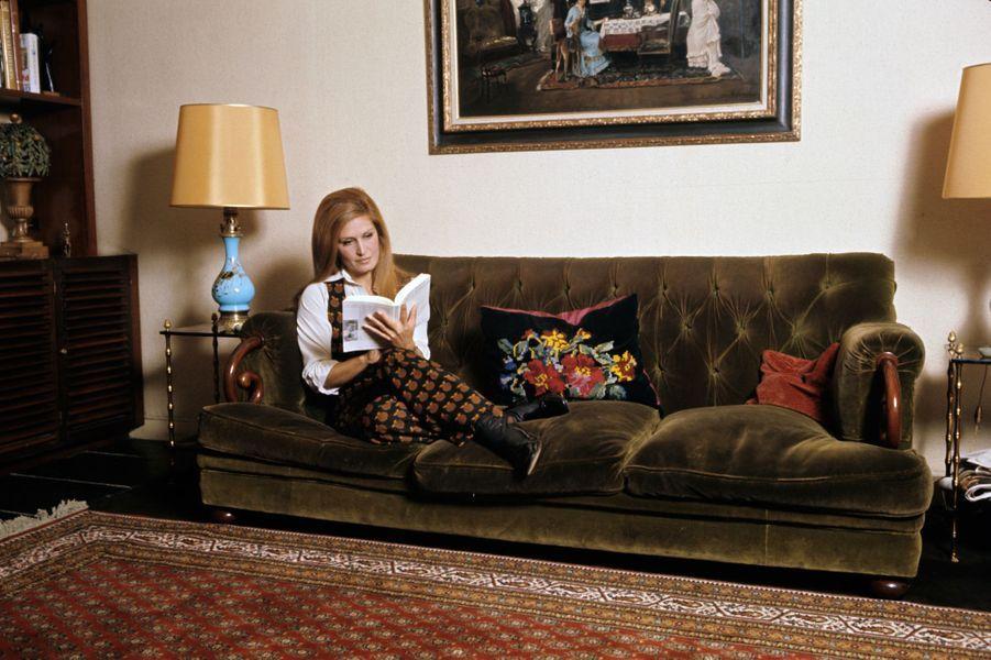 Moment de détente et de lecture pour Dalida, dans son salon à Montmartre