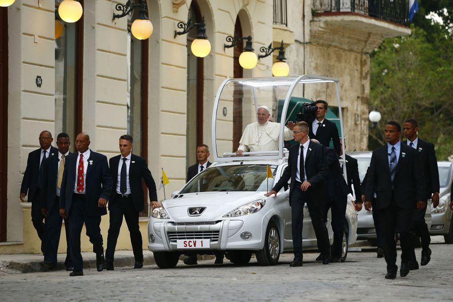 Quand Fidel Castro reçoit le pape François à son domicile