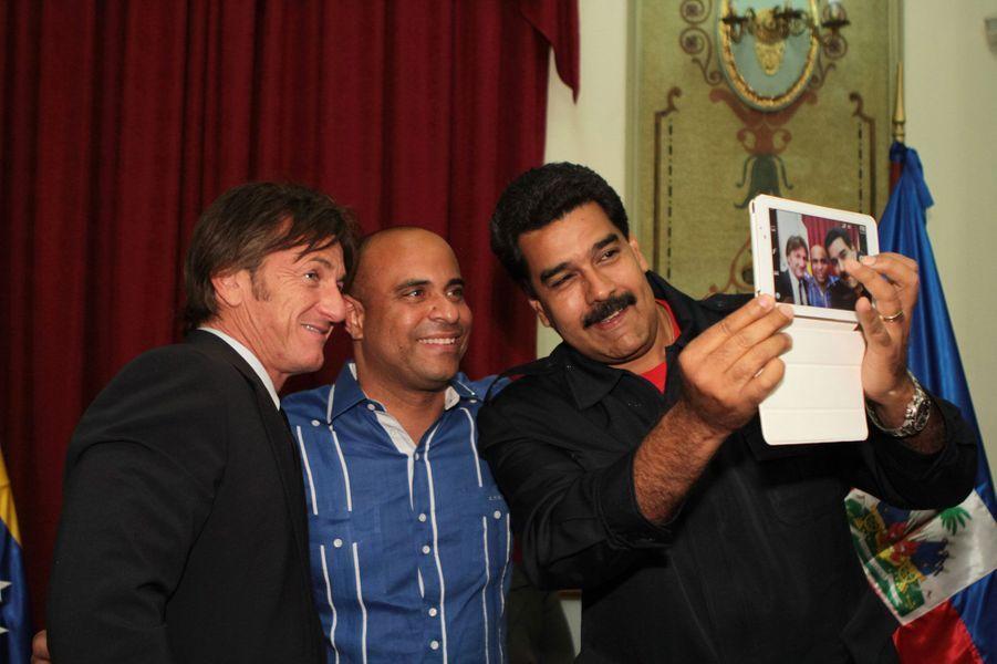 Le président du Vénézuela Nicolas Maduro avec Sean Penn et le Premier ministre haïtien Laurent Lamothe en mars 2014