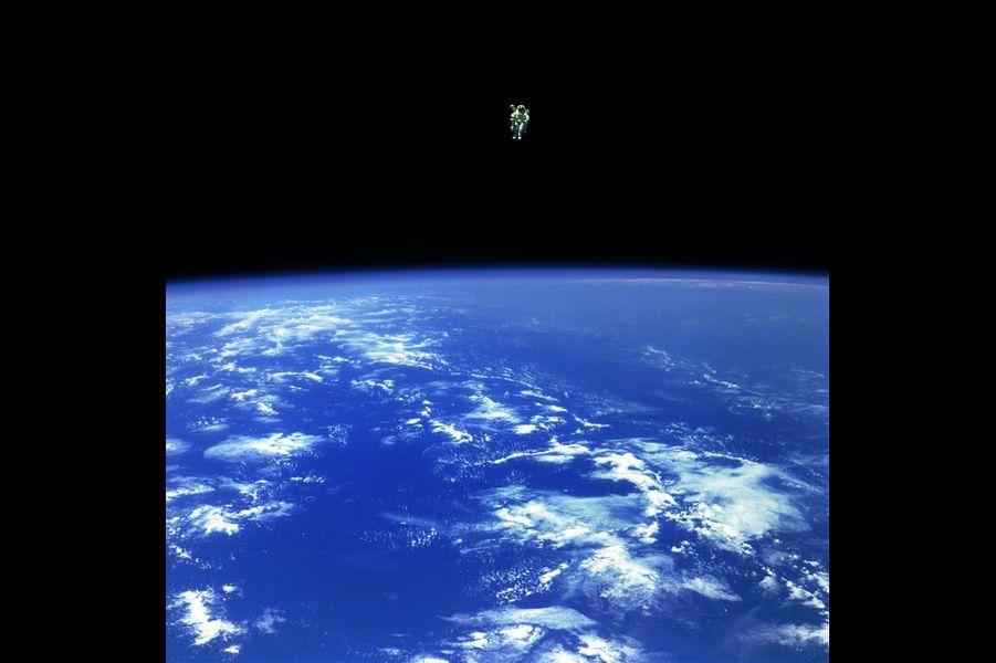 Bruce McCandless II est l'astronaute qui s'est le plus éloigné de la station