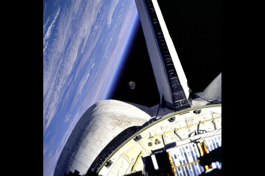 Discovery au-dessus de l'Atlantique en 1998