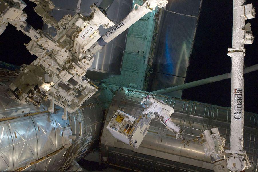 L'astronaute Mike Fossum en plein travail dans l'espace