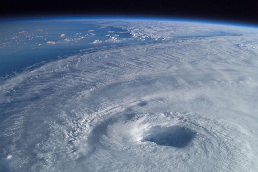 L'ouragan Isabel vu depuis l'Expédition 7
