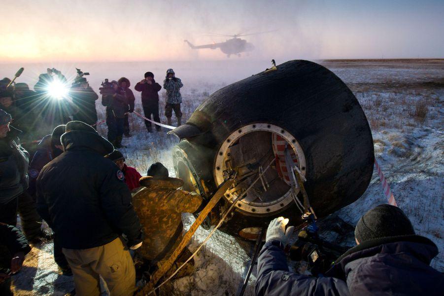 Les membres de l'Expédition 29 descendent du Soyuz TMA-02M