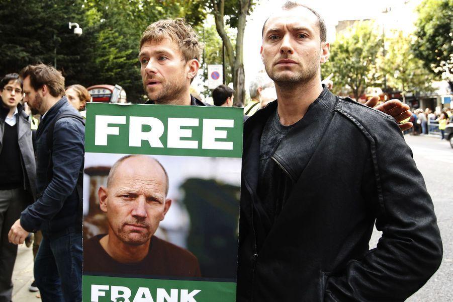 Damon Albarn et Jude Law manifestent avec Greenpeace à Londres pour la libération des activistes détenus en Russie, le 5 octobre 2013