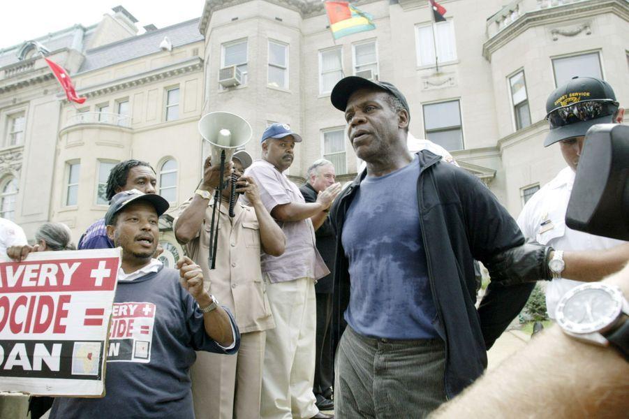 Danny Glover est arrêté après une manifestation à Washington devant l'ambassade du Soudan, le 25 août 2004