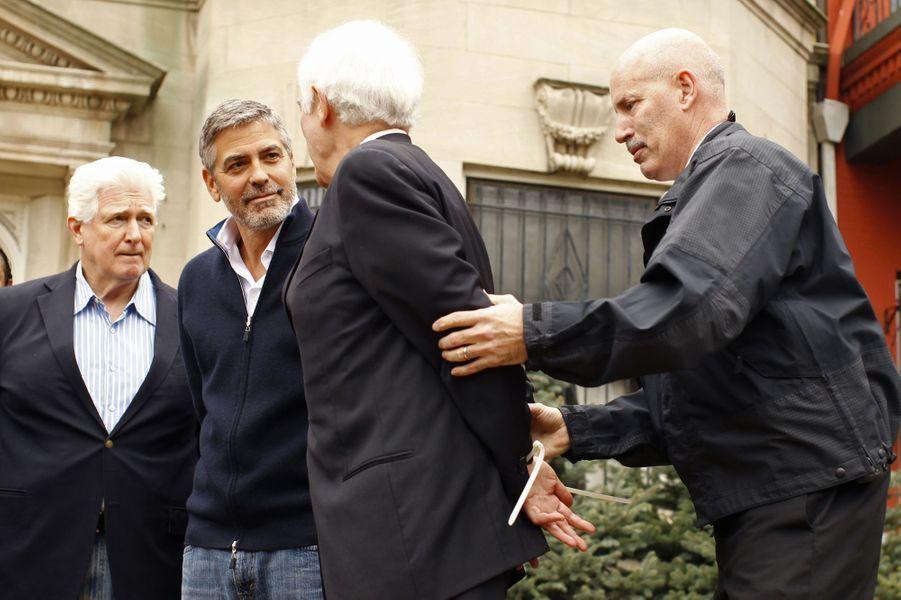 George Clooney et son père arrêtés lors d'une manifestation devant l'ambassade du Soudan à Washington, le 16 mars 2012