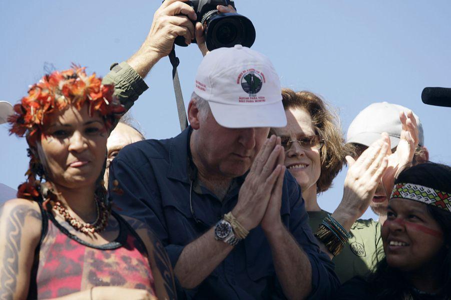 James Cameron et Sigourney Weaver manifestent contre le projet de barrage de Belo Monte à Brasilia, au Brésil, le 12 avril 2010