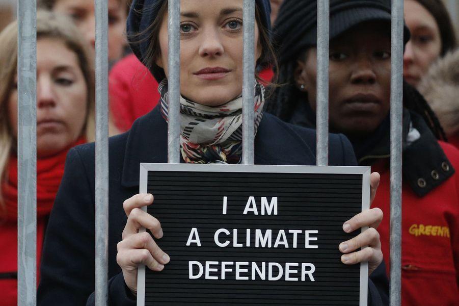 Marion Cotillard manifeste avec Greenpeace à Paris pour la libération des activistes détenus en Russie, le 15 novembre 2013