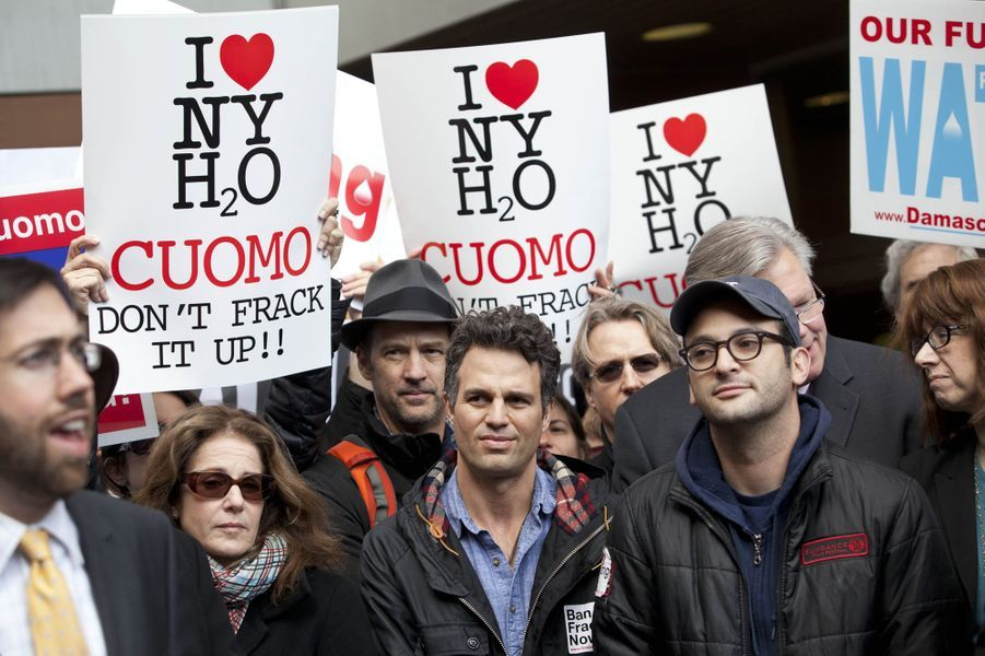 Mark Ruffalo et Josh Fox manifestent à New York contre la fracturation hydraulique, le 30 novembre 2011