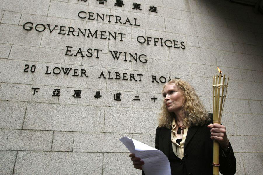 Mia Farrow manifeste devant le gouvernement de Hong Kong pour protester contre la politique chinoise au Soudan, le 2 mai 2008