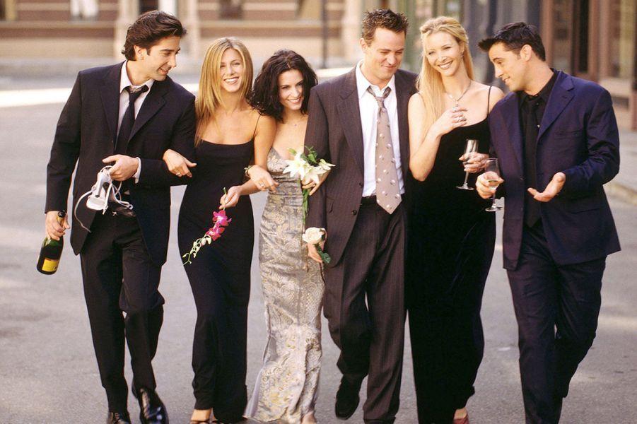 Le 22 septembre prochain, la série «Friends» fêtera les 20 ans de sa première diffusion aux Etats-Unis. Pendant dix ans, la joyeuse bande de new-yorkais, habituée du«Central Perk», a fait rire des millions de téléspectateurs à travers le monde. Rachel et Ross, couple mythique de la télévision, et leur fameuse «rupture», Monica, ancienne obèse obsédée par le ménage, Chandler le sarcastique, son meilleur ami Joey, acteur fauché et Phoebe, blonde particulièrement excentrique, ont marqué toute une génération.Dès sa première saison, le programme – régulièrement rediffusé en France - a conquis le cœur du public mais aussi des critiques, obtenant en 1994 douze nominations aux Emmy Awards. Au total, «Friends» et ses acteurs ont reçu 56 récompenses et 153 nominations !A la fin du show, en 2004, «Friends» est devenue la sitcom la plus rentable de l'histoire. Au cours des deux dernières saisons, les six principaux acteurs étaient d'ailleurs payés plus d'un million de dollars par épisode. Un record. Aujourd'hui, où en sont les stars de «Friends» ? Si Jennifer Aniston et Courteney Cox restent sur le devant de la scène, où se trouve désormais le fameux Guntheret que fait à présent Janice?