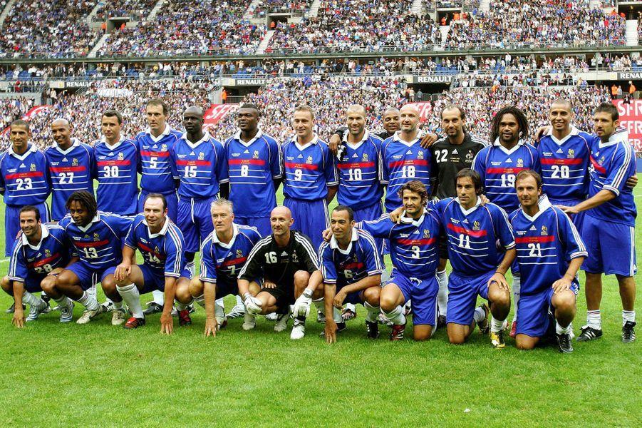 Un soir de 12 juillet 1998, L'équipe de France de football remportait la Coupe du Monde dans un Stade de France plein à craquer. Zinédine Zidane réussit là où Platini avait échoué. En effet, il offre enfin une Coupe du monde aux Bleus, en signant un doublé de la tête contre le Brésil,dominé comme jamais en finale (3-0). Depuis cette soirée d'anthologie, chacun a suivi sa route. Aujourd'hui, seuls David Trezeguet et Robert Pirès sont encore sur les terrains dans le championnat exotique de l'Indian Super League. Si Thierry Henry a annoncé récemment qu'il quittait les Red Bulls de New York pour rejoindre Sky Sports et leur équipe de consultants, tous ne sont pas forcément là où on pourrait les imaginer. Entraîneur, gérant d'un magasin de piscine, ambassadeur sportif, ou encore comédien, que sont devenus les anciens joueurs de l'équipe de France 1998 ? Paris Match vous fait découvrir la réponse en images.Retrouvez en images nos autres diaporamas «Que sont-ils devenus?» Que sont devenus les acteurs de«7 à la maison»Que sont devenus les acteurs du «Prince de Bel Air»?Que sont devenus les acteurs de«Lost»?Que sont devenus les acteurs de«Friends»?Que sont devenus les acteurs de«La Fête à la Maison»?Que sont devenus les acteurs de«21 Jump Street»?Que sont devenus les acteurs de«Sauvés par le Gong»?