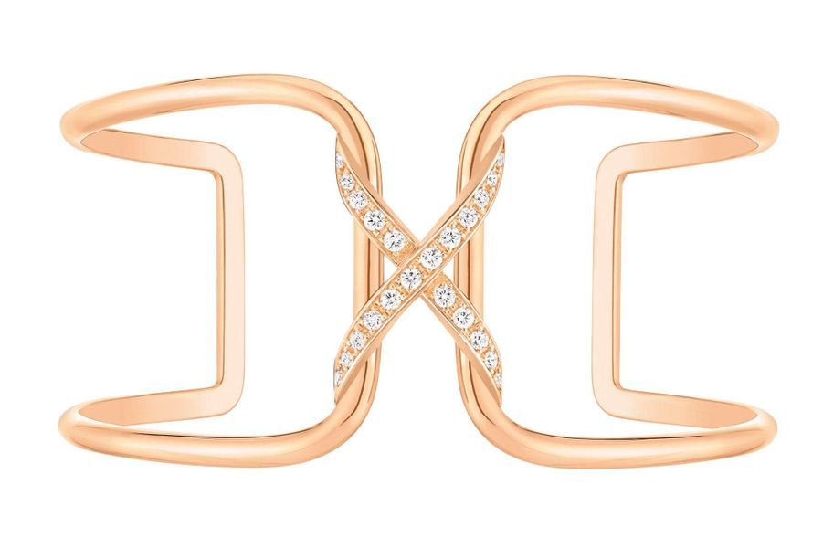 Un bijou de sentiment. C'est le délicieux propos de Liens, l'une des collections iconiques de Chaumet. Apparu dès la création de la maison en 1780, le lien multiplie ses interprétations au fil du temps. Sur une bague, un pendentif, un bracelet, il joue avec l'asymétrie, ose le XL ou l'extra-small. Paré d'or gris ou rose, serti de diamants, l'entrelacs se décline désormais en manchette. Et reste fidèle à son message : amour. Pour toujours. Anne-Cécile Beaudoin Manchette Liens, Chaumet, 7 600 €.