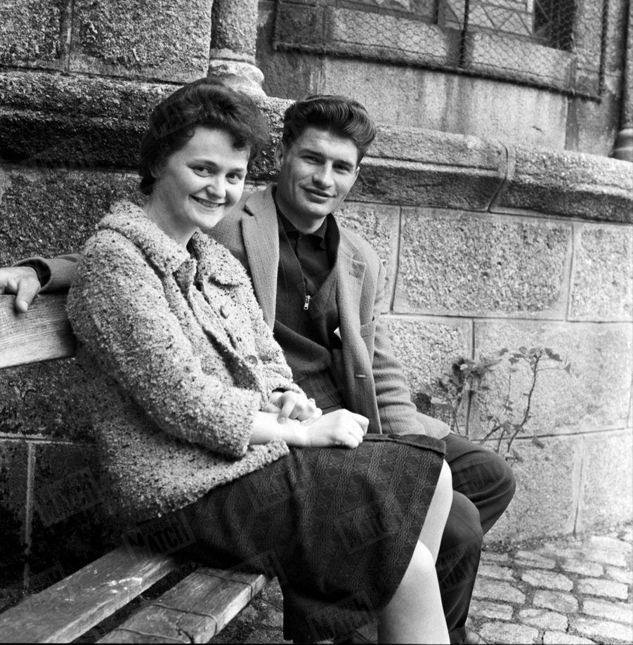Raymond Poulidor et Gisèle Bardet, à la veille de leur mariage en avril 1961, àSaint-Léonard-de-Noblat, en Haute-Vienne.