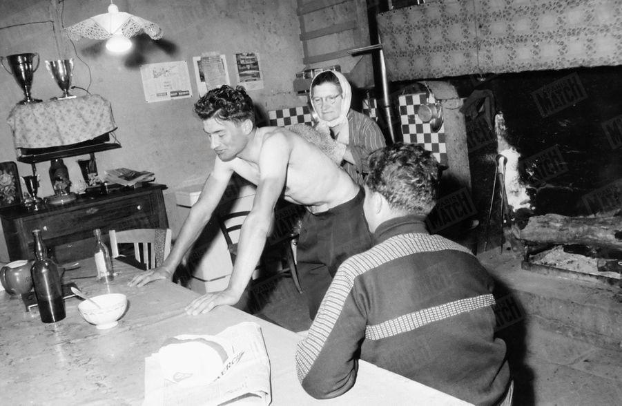 « Mme Poulidor mère est le soigneur attitré de Raymond. Elle ne laisse à personne le soin de le passer au gant de crin lorsqu'il rentre de l'entrainement. » - Paris Match n°629, 29 avril 1961