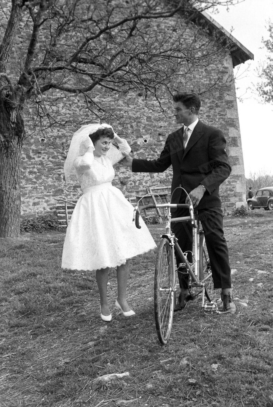 « Même pour la promenade d'amoureux sur le sentier du bonheur, Raymond n'oublie pas sa bicyclette, gage de la prospérité du ménage. » - Paris Match n°629, 29 avril 1961