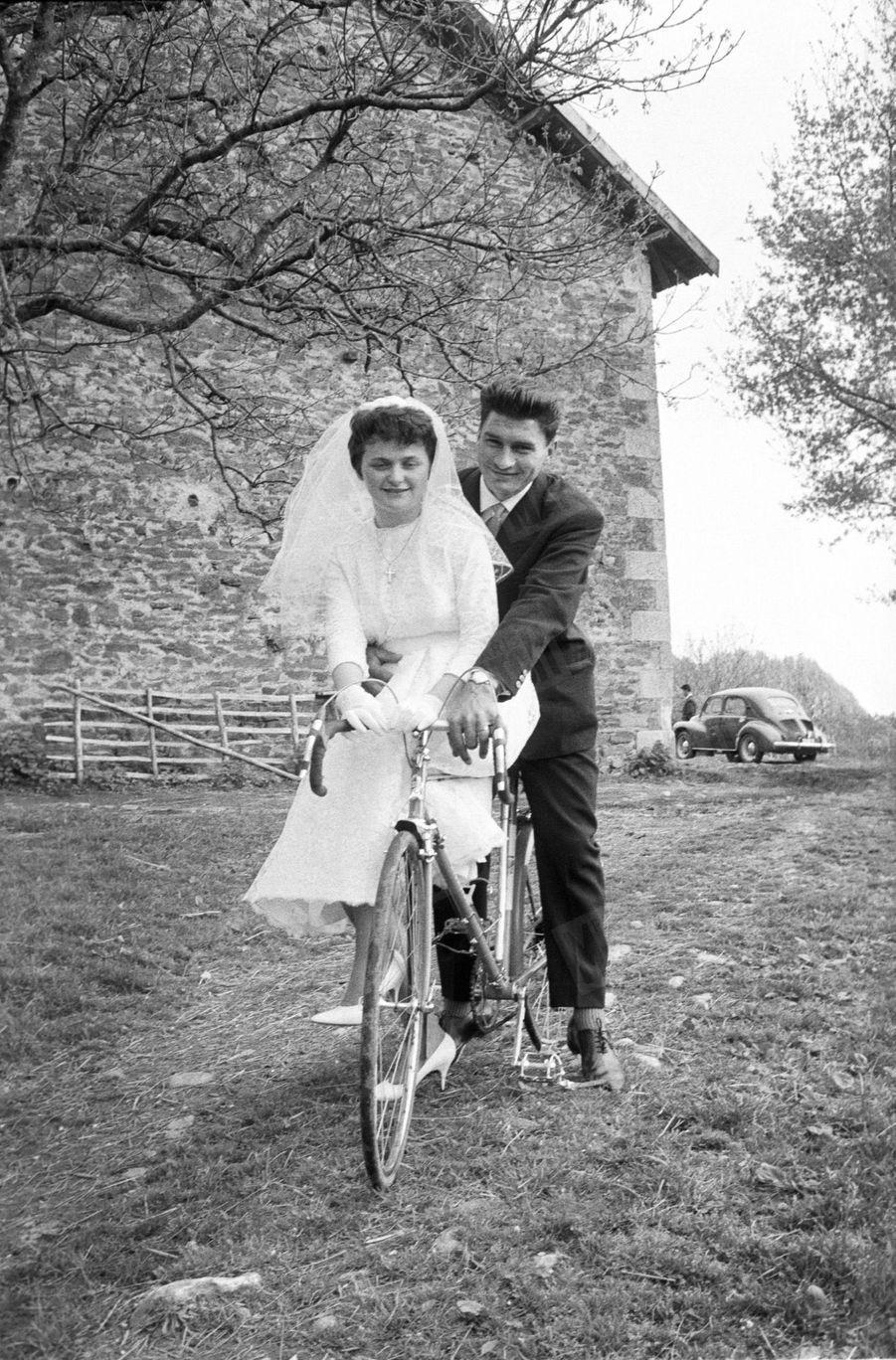 Le 16 avril 1961, à Champnétery en Haute-Vienne, Raymond Poulidor épouse Gisèle Bardet.