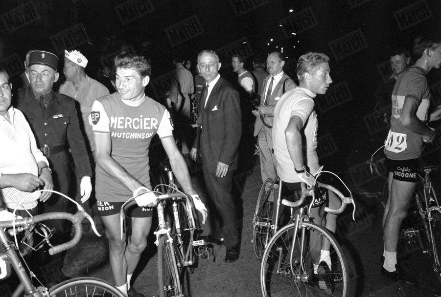 Raymond Poulidor et Jacques Anquetil, dos à dos, Tour de France 1964.