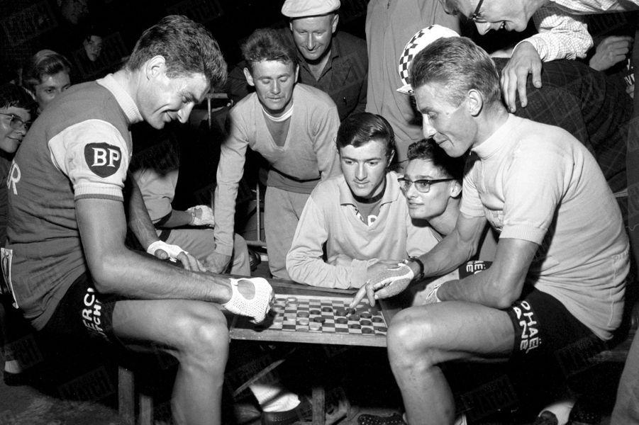 « Le Tour de France a été la bataille de deux hommes. Au départ de Rennes, il y a trois semaines, Anquetil (ici à droite) regardait Poulidor avec une condescendance amusée. Après 4 504 kilomètres à l'arrivée au Parc des Princes, il ne le battait que de 54 secondes. Le lendemain, à Evreux, au quartier des coureurs, les deux rivaux font une fraternelle partie de dames. L'inégalé roi des Tours (cinq de France, deux d'Italie, un d'Espagne) a désigné son dauphin. » - Paris Match n°798, 25 juillet 1964