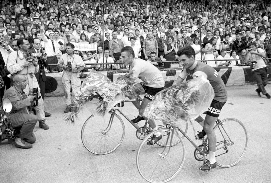 Raymond Poulidor et Jacques Anquetil, le tour d'honneur à Paris, en 1964.
