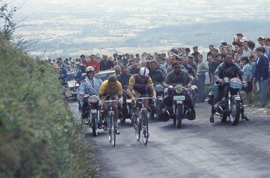 """« C'est le drame du Puy-de-Dôme. L'arrivée se Jugeait au sommet. Anquetil et Poulidor ne se quittaient pas depuis le début de l'escalade. Plus qu'un kilomètre. Poulidor monte toujours au même rythme. Anquetil s'accroche puls craque et l'écart se creuse. A l'arrivée il se chiffre à 42"""". Poulidor n'est plus qu' à 14"""" du maillot Jaune. » - Paris Match n°798, 25 juillet 1964"""