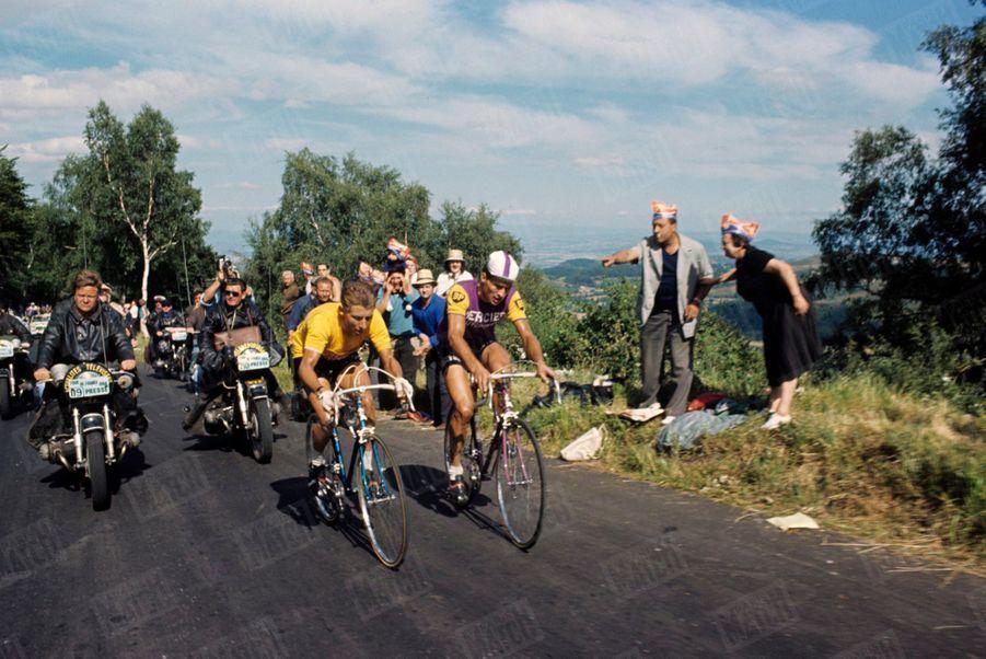 Dans le Puy de Dôme, Raymond Poulidor pédale au coude à coude avec Jacques Anquetil, le maillot jaune, du Tour de France 1964.