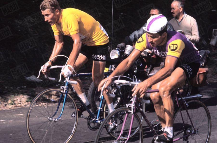 Raymond Poulidor et Jacques Anquetil au coude à coude, Tour de France 1964.