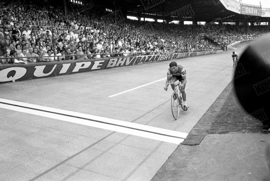 « Ce 51e Tour de France, qui semblait avoir commencé dans l'indifférence, devait connaître dès l'étape alpine un fantastique rebondissement. Anquetil, épuisé par le Tour d'Italie qu'il venait de gagner, a vu soudain apparaitre un vrai rival : Poulidor. Limitant les dégâts dans la montagne, il se rattrapait dans les étapes contre la montre, mais les écarts n'étaient jamais que de quelques secondes. Jusqu'au tour de piste du Parc des Princes, le moindre incident pouvait lui coûter la victoire. Ce fut la plus pathétique arrivée de toute l'histoire du Tour. » - Paris Match n°798, 25 juillet 1964