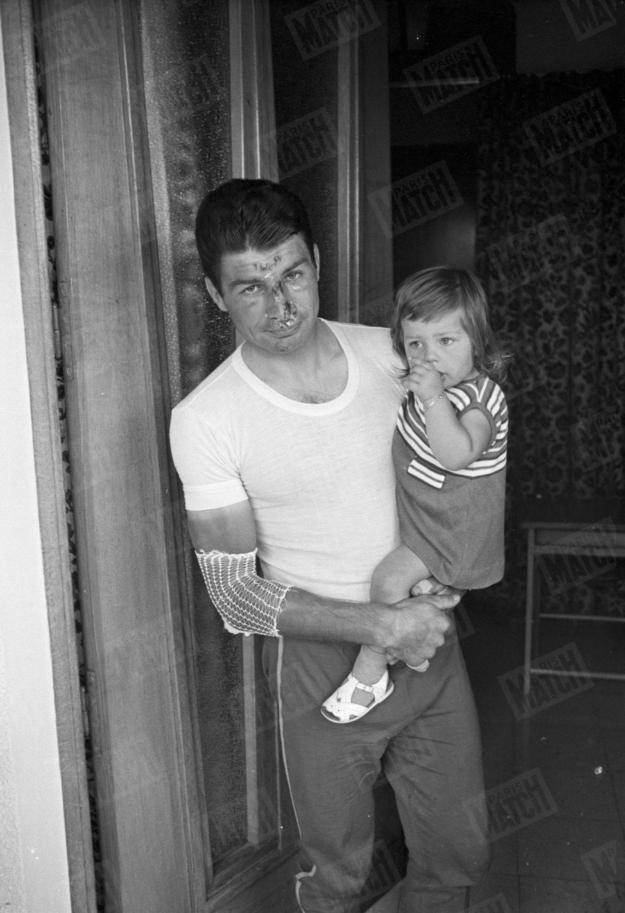 Le 18 juillet 1968, Poulidor, blessé lors d'une chute sur le Tour, a dû abandonner. Sa fille est son réconfort.