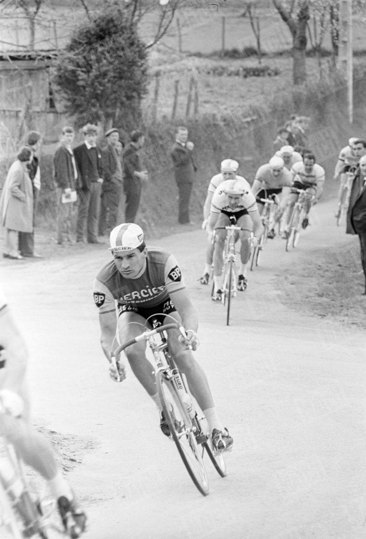 Raymond Poulidor en tête, lors d'un critérium à Châteauneuf-la-Forêt en avril 1966.